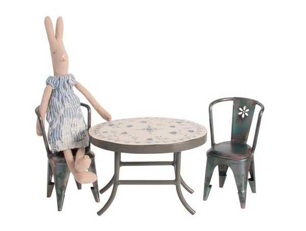 mesa-y-sillas-de-metal_para_conejitos