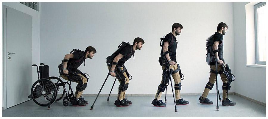 Mężczyzna w czterech ujęciach obrazuje proces wstawania z wózka inwalidzkiego