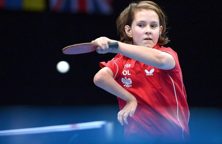 Niepełnosprawna kobieta odbija piłkę grając w tenis stołowy