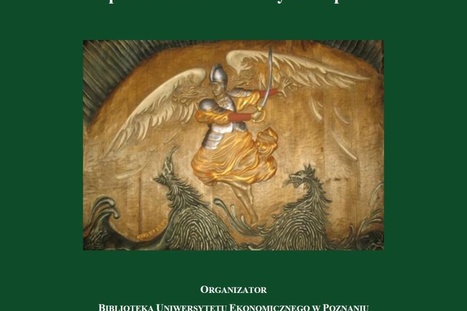 """Plakat wydarzenia białe napisy na zielonym tle: Andrzej Strabel """"W drewnie ukryte - z pasją odkryte. Spotkanie autorskie i wystawa prac na środku plaktau anioł z mieczem w ręku walczący z dwoma smoakmi"""