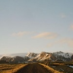 Droga na tle ośnieżonych gór