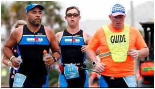 Na zdjęciu Chris Nikic i inni zawodnicy triathlonu Ironman