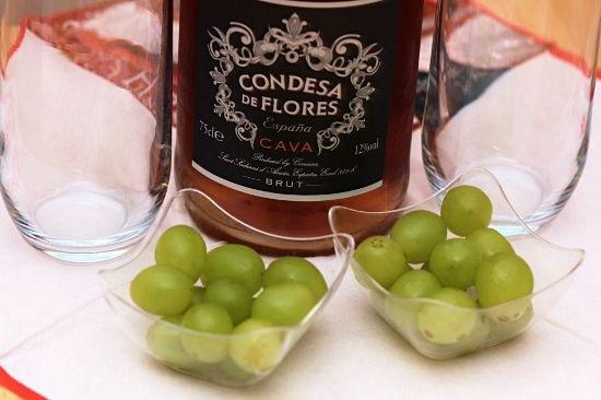 Zdjęcie, 12 winogron w dwóch szklanych miseczkach i szampan