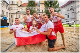Na zdjęciu reprezentacja Polski osób niepełnosprawnych w siatkówce plażowej po wygranym meczu finałowym z Włochami
