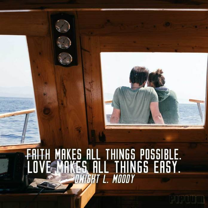 Love-quote-couple-sitting-in-the-front-of-yacht-and-enjoying-the-view-of-wast-ocean
