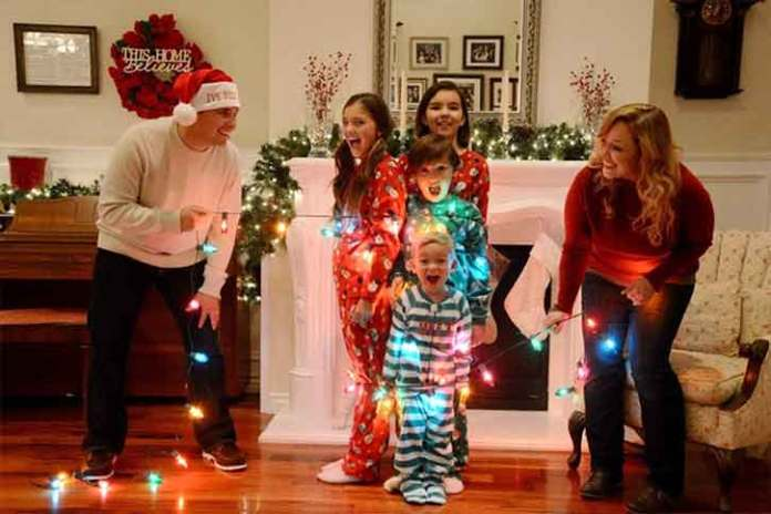 Crazy-photoshoot-christmas-family-together-having-fun