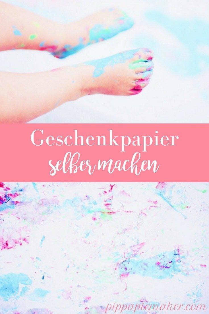 Male die Füße deiner Kinder mit Fingerfarben an und lass sie über ganze Rollen Papier laufen. Die Kinder haben einen riesen Spaß und heraus kommt allerliebstes Geschenkpapier!