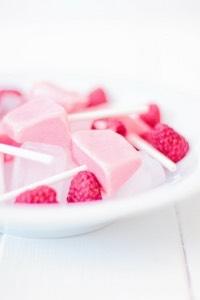 Die Himbeer Frozen Yoghurt Lollies sind super schnell gemacht und so gesund und lecker! Die perfekte Zwischenmahlzeit für Kinder (und Erwachsene).