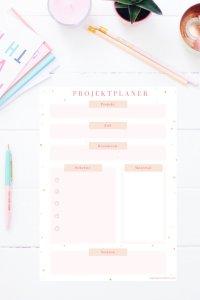 Der Projektplaner hilft dir schnell ans Ziel zu kommen, egal on du das Babyzimmer einrichten, den Sommerurlaub planen oder Küche renovieren willst. Den Projektplaner gibt es auch im Happy Organizer Paket mit über 43 Organisationsseiten für alle Bereiche deines Mami Alltags: Rezeptkarten, Tagesplaner, Fitness Tracker, Finanzplaner, Geburtstags-Checkliste, Wochenplan, Putzplan, Einkaufslisten, Speiseplan und vieles mehr!