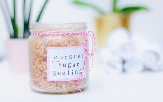 Zucker-Peeling selbst herzustellen ist wirklich kinderleicht! Alles, was du brauchst sind 3 Zutaten und 5 Minuten Zeit. Ich habe hier ein super pflegendes Peeling mit braunem Zucker und Kokos gemacht, aber die Variationen sind unendlich. Auch eine tolle Geschenkidee!