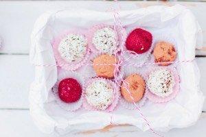 Diese selbst gemachten Schokoladen Trüffel zergehen auf der Zunge und eignen sich bestens als Geschenk zum Valentinstag, zum Muttertag oder Geburtstag. Oder einfach zum selber Naschen. Herrlich schokoladig!