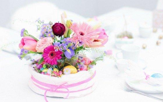 Osternest mit Blumen: eine wunderschöne Ostertischdeko (Werbung)