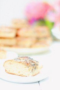 Butterkuchen schmeckt für mich einfach nach heiler Welt. Dieser Butterkuchen mit Mohn ist eine Variante des Klassikers und ebenso fluffig und buttrig. Einfach, aber himmlisch lecker.