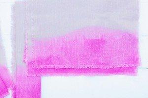 Dip Dye Färben ist ein tolles Sommer DIY! Und diese Boho Leinen Servietten machen sich bei jeder Sommerparty super gut als sommerliche Tischdeko.