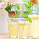 Magst du selbstgemachte Zitronenlimo auch so gern wie wir? Mit diesem einfachen Grundrezept kannst du jede beliebige Limonade ganz einfach selbst machen. Das perfekte Sommergetränk!