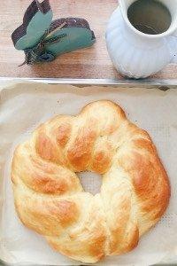 Beim Osterfrühstück muss es bei uns einfach diesen Hefekranz geben. Es ist super lecker und sieht besonders hübsch aus, wenn man die bunten Ostereier in die Mitte legt. Viola, Oster Tischdeko und Osterbrunch Rezept in einem!