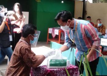Putra pertama Presiden Joko Widodo yang bertarung di Solo, Gibran Rakabuming memberikan suara di salah satu TPS di Solo (courtesy: Radio Metta FM - Solo)
