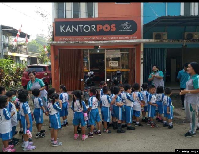 Para murid berkunjung ke kantor pos dekat sekolah (foto: courtesy).