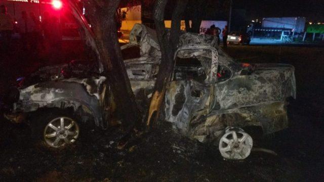 Três jovens morrem após carro em que estavam bater contra árvore e pegar fogo