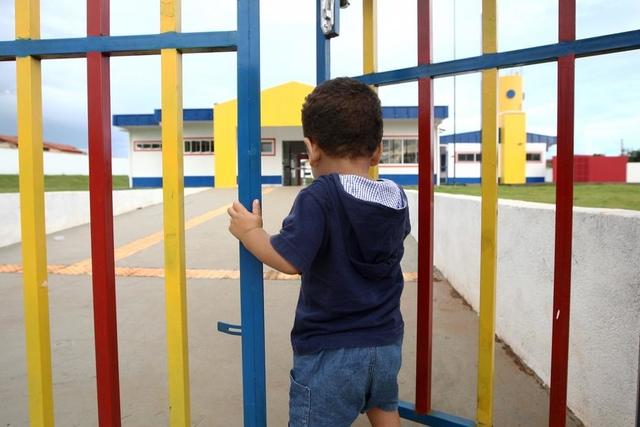 Pandemia leva pais a tirarem filhos de escolas de ensino infantil e põe setor em risco