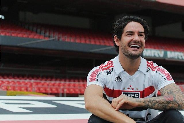 Pato apresenta nova camisa número 2 do São Paulo em live no Instagram
