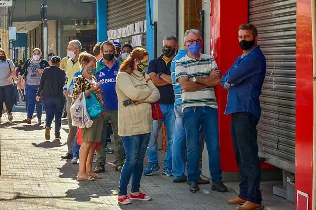 Centro de Piracicaba fica lotado no primeiro dia de flexibilização da quarentena
