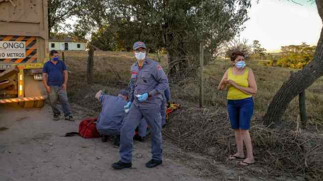 Na imagem podemos ver os bombeiros socorrendo as vítimas