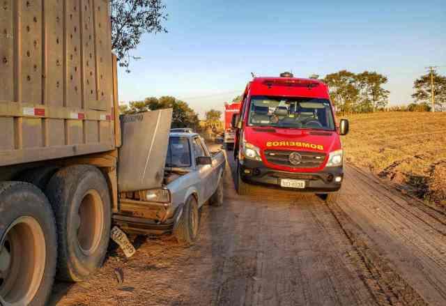Uma foto do acidente envolvendo o caminhão e o carro