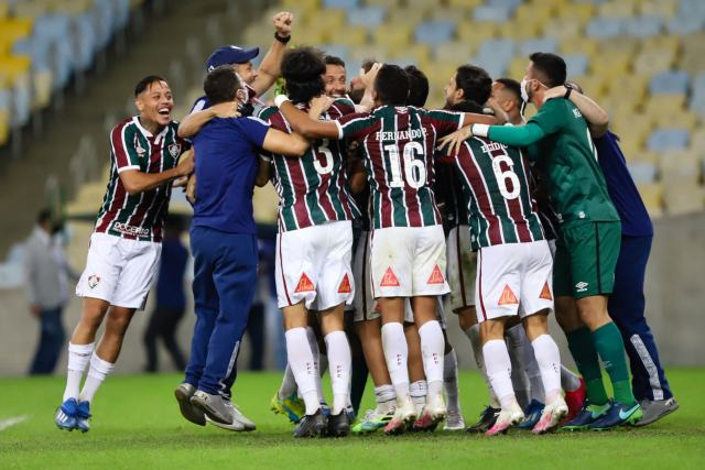 Uma foto dos jogadores do Fluminense comemorando a conquista da Taça Rio