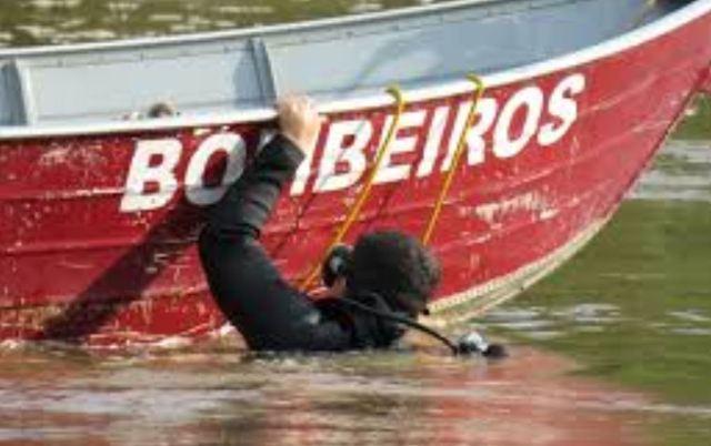 Na imagem podemos ver um mergulhador do Corpo de Bombeiros em busca do corpo