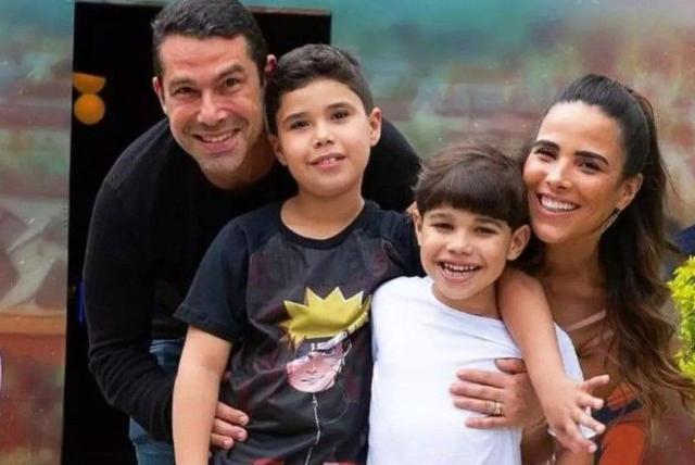 foto da wanessa com o marido Marcus e os dois filhos
