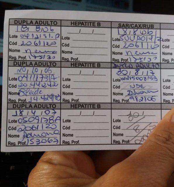 Uma foto de uma carteirinha de vacinação