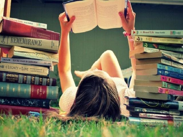 uma foto de uma mulher lendo livro no fim de semana