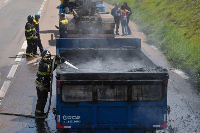 Caçamba de caminhão pega fogo em rodovia de Piracicaba nesta tarde (12)