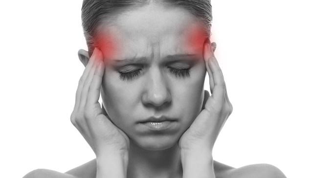 uma foto de uma pessoa com dor de cabeça enxaqueca