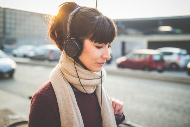 uma foto de uma menina ouvindo musica