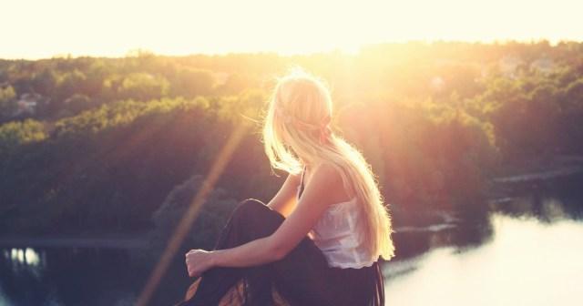 uma foto de uma menina pensativa