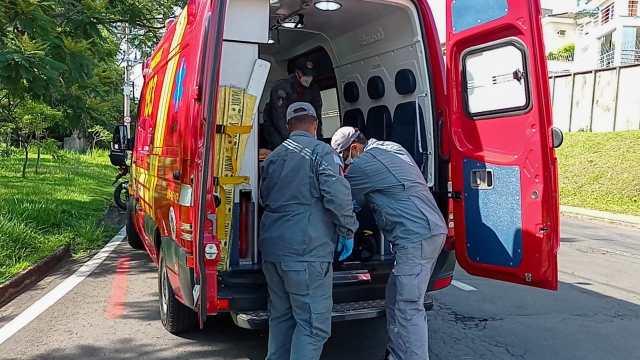 Piracicaba (SP): ciclista se assusta com manobra de carro em avenida e se acidenta