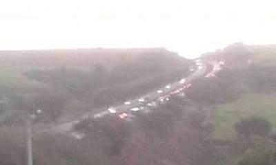 Foto enviada pelo internauta Gregório Pololi que está próximo do acidente. Foto mostra ao fundo o trânsito que vem se formando.