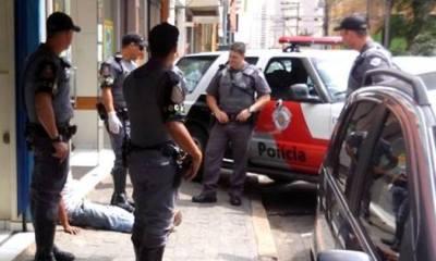 Homem ficou caído no chão enquanto resgate não chegava - Foto: Júnior Cardoso