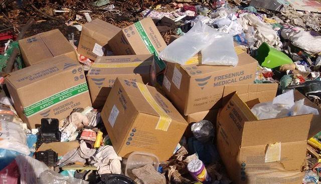Fotos obtidas pelo PIRANOT mostra caixas em cima de um monte de lixo. (Foto: Você no Pira)
