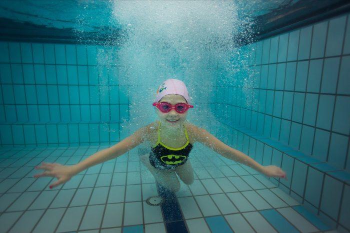 Barne hopp under vann