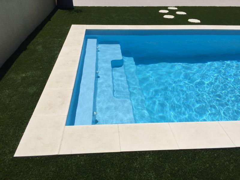 pose de piscine a coque polyester