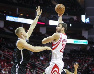 Feb 27, 2015; Houston, TX, USA; Houston Rockets forward Donatas Motiejunas (20) shoots over Brooklyn Nets center Mason Plumlee (1) during the game at Toyota Center. Mandatory Credit: Troy Taormina-USA TODAY Sports Fuente: hoopshabit.com