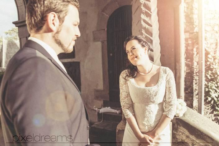 Braut und Bräutigam schauen sich verliebt an - Hochzeitsfotografie Köln