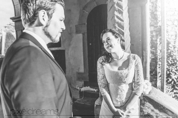 Braut und Bräutigam schauen sich verliebt an. Brautkleid, Grübchen, Braut, Bräutigam.