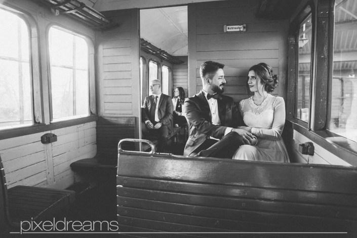 standesamt fotograf fotoshooting Luedenscheid Brautpaar Liebe hochzeitsfotograf Geschichtsmuseum der Stadt Lüdenscheid Dampflok Lokomotive hochzeitsfotos fahrkarte fahrkartenkontrolle