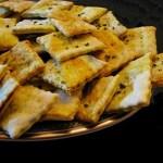 Crackers con Curcuma, Semi di Papavero e Sale Nero delle Hawaii