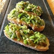 Crostoni di Broccoli Stufati con Olive e Cipolle