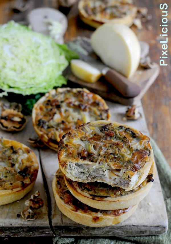 mini quiches con verza, scamorza e noci